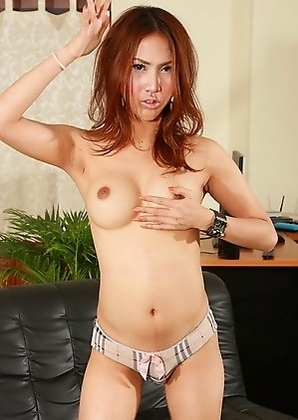 Exotic hottie Pop gets rock hard