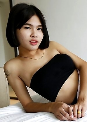 21 yr old shy Thai shemale Gogo sucks off tourists cock