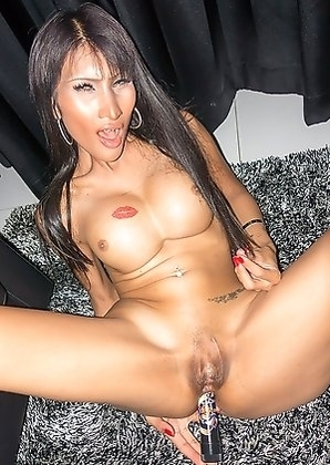 Balloon is a wild babe, dancing and fucking her own ass with a buzzing vibrator! Balloon struts into the room to show off her stripping skills.